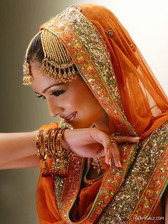 'Jhoomer' is a hair ornament worn on the left side of the head. It is a popular accessory for Indian Bride.