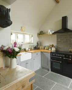 Cottage Kitchens, Farmhouse Kitchen Decor, Country Kitchen, Oak Kitchen Cabinets, Kitchen Flooring, Kitchen Worktop, Shaker Cabinets, Kitchen Counters, Shaker Kitchen