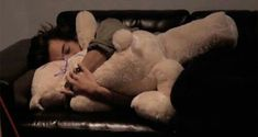 one direction harry styles sleeping teddy bear Harry Styles Imagines, Harry Styles Mode, Harry Edward Styles, Harry Styles 2014, Harry Styles Gif, Niall Horan, One Direction Live, One Direction Imagines, 5sos Imagines