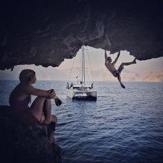house-under-a-rock: Alex Honnold & Hazel Findlay deep water soloing photo: Renan Ozturk Escalade, Skate Decks, Adventure Style, Rappelling, Deep Water, Extreme Sports, Mountaineering, Climbers, Rock Climbing