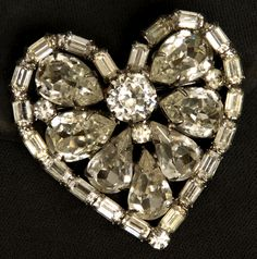 This is a stunning Weiss pin. looks like it is brand new, sparkly. It is a heart & set in silver tone metal. Rhinestones are prong set, clea. Diamond Earrings, Vintage Jewelry, Brooch, Prong Set, Antiques, Metal, Rhinestones, Jewlery, Silver