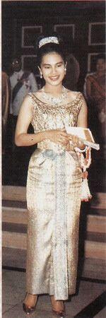 Queen Sirikit Queen of Thailand Hm The Queen, Royal Queen, Her Majesty The Queen, King Queen, King Thailand, Queen Sirikit, King Photo, Thai Traditional Dress, Royal Tiaras