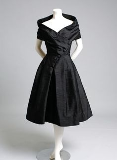 Dior 1955 vestido de cocktail.  Timeless fashion, portrait neckline. Only thing missing is a strand of Pearls