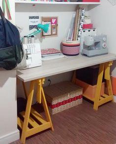 Cavaletes Design Amarelos da Tadah formaram uma mesa muito legal no ateliê de costura da esposa do @allandoni! Amamos! ❤️ www.tadah.com.br #tadahdesign #madeiramaciça #decor #decoracao