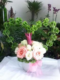 Rosas rosas y blancas...para esta celebración floristería amador cornejo