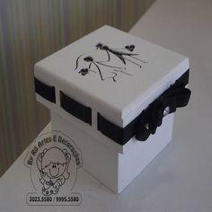 Caixa em MDF vazada de noivinhos recortada a Lazer. Pintura Atóxica Branca Com passa fita e fita preta e ponto de strass. Medindo:5,5x5,5x4,5