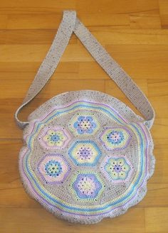 MY african flower bag, it has a zipper and I really am proud.I DID IT Yeah! Flower Bag, African Flowers, Saddle Bags, Macrame, Zipper, Knitting, Crochet, Breien, Tricot