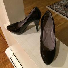 """Kenneth Cole black patent pumps Size 5.5. Platform pumps. Platform measures 1"""". 4.5"""" heel. Like new. Kenneth Cole Shoes Heels"""