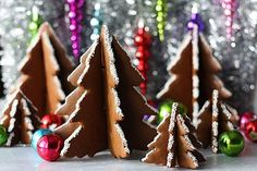 3D Christmas tree gingerbread cookie tutorial---I WOULD PAINT AND FROST THE EDGES WITH COLOR!!!