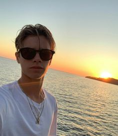 Listen to every Travis Scott track @ Iomoio Beautiful Sunset, Beautiful Men, Beautiful People, Boy Hairstyles, Straight Hairstyles, Jordy Baan, Beckham Hair, Chad White, Z Cam