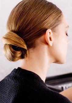 Der tiefe Dutt  Wirkt superschick und muss perfekt gestylt sein: Der Nacken-Dutt à la Grace Kelly. Dafür die Haare erst zu einem tiefen Pferdeschwanz binden, dann mit viel Glanzspray einsprühen. So wirken die Haare glatter und super gepflegt wie hier bei der Show von Dennis Basso. Nun in einer großen Welle den Dutt einwickeln und mit Haarnadeln fixieren. #frisuren #beauty #elegant