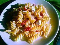 Fot. małpiatka, Sałatka makaronowa z fetą i suszonymi pomidorami