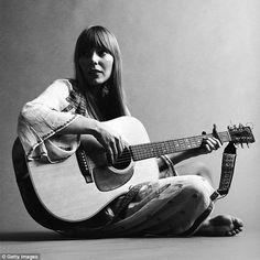 The secret torment of Joni Mitchell: Unflinching insight into the reclusive icon's battles with a disease that makes her skin crawl, is haunted by stalkers and the heartache of giving her daughter up for adoption Sound Of Music, New Music, 70s Icons, Rock Artists, Guitar For Beginners, Music Images, Music Icon, Playing Guitar, Memoirs