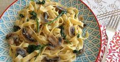 Twittear Una salsa cremosa con champiñones, espinacas y queso hacen que este plato de pasta esté delicioso. Además, c...