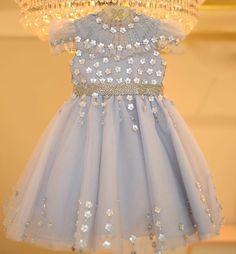 """Sabe aquele vestido que vc fica horas olhando, olhando e encantada?! É esse feito pela incrível @le_infance para uma princesa, tendo como tema """"Jardim Real"""". Bordado todo feito à mão, com detalhes em madrepérolas, de morrer de lindo! Para mim, o melhor atelier para meninas e baby girl! ♀️ E já estou pesquisando modelos para o niver da Vivi ! #dicasdoconciergematernidadeaskmi"""