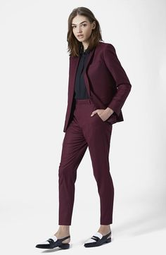 A burgundy blazer and burgundy dress pants are a go-to combo for many stylish women. For maximum style, add a pair of black and white leather loafers to this getup. Business Outfit Frau, Business Attire, Business Suits For Women, Business Fashion, Business Casual, Business Formal, Business Professional, Mode Outfits, Casual Outfits