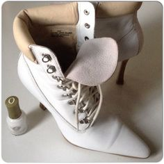 """EUC WHITE STEVE MADDEN ANKLE BOOTS These are a perfect look to blend with the white fashion trend but stand out a bit with a 4"""" stacked wooden heel & nude padded cuff styled after the mans work boot!  Beyonce loves this look!! These are in EUC with some creasing at the toe where the foot would bend. The laces could be changed to a brighter white or a number of any mixed neutral colors. I like these with the long nude skirt set!  Size 7 by Steve Madden. These are in EUC as indicated in the…"""