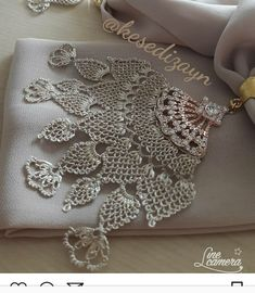 This Pin was discovered by Kad Needle Lace, Crochet Flowers, Knots, Needlework, Elsa, Diy And Crafts, Crochet Earrings, Embroidery, Lace Making