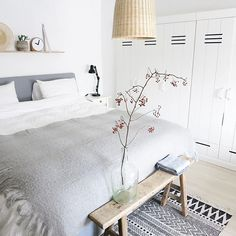 Quiet grey and white bedroom with some natural elements. Dream Bedroom, Home Bedroom, Master Bedroom, Bedroom Decor, Sweet Home, Deco Design, Minimalist Bedroom, Bedroom Inspo, My New Room