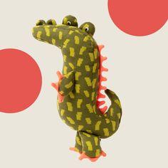 Dieses Stricktier verbindet modernes skandinavisches Design und besonders liebevolle Verarbeitung. Aus kuschelweichem Baumwollstrick gefertigt, ist es nicht nur wunderbar zum Schmusen geeignet, sondern auch ein dekorativer Hingucker in jedem Kinderzimmer. Ein ganz besonderes Geschenk zu Geburt und Taufe! Geprüft nach Ökotex-Standard 100. Dinosaur Stuffed Animal, Toys, Animals, Crocodiles, Special Gifts, Scandinavian Design, Baby & Toddler, Cuddling, Products