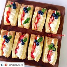 Cafe Food, Food Menu, Delicious Desserts, Dessert Recipes, Yummy Food, Food Poster Design, Food Design, Fruit Sandwich, Honey Toast