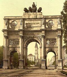Ворота в 1901 году. Всё ещё выглядят так, как её задумал архитектор.
