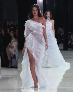 Ralph & Russo Look Spring Summer 2018 Couture Collection Stunning Slit One Shoulder Sheath Evening Maxi Dress / Evening Gown with small Train. Runway Show by Ralph & Russo Runway Fashion, Fashion Show, Womens Fashion, Fashion Design, Kimono Fashion, Fashion Dresses, Ralph & Russo, Haute Couture Fashion, Custom Dresses