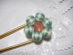 今回は、天然石チェリークォーツとオフホワイトとミドリの二色の刺繍糸でシマシマに巻いた巻玉と組み合わせて制作しましたかんざしのご紹介です。お花の形をイメージして...|ハンドメイド、手作り、手仕事品の通販・販売・購入ならCreema。