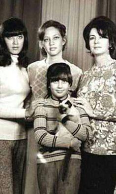 السيدة جيهان السادات مع بناتها