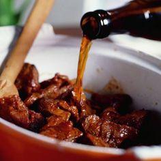 Rundvlees gestoofd in bier Cut Recipe, One Pan Meals, Goulash, Crockpot, Slow Cooker, Good Food, Dinner Recipes, Spices, Food And Drink