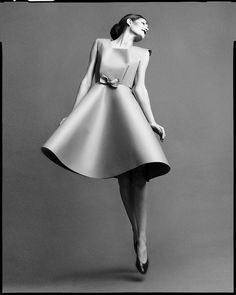 Studio portrait by fashion photographer Richard Avedon. I love the fleeting feeling of the model jumping and shape created by the paper dress she's wearing. Paper Fashion, Fashion Art, Fashion Beauty, Vintage Fashion, Fashion Studio, Richard Avedon Photos, Richard Avedon Photography, Fashion Poses, Fashion Shoot