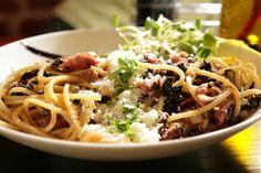 Zapraszamy do nowego konceptu restauracyjnego  Spaghetterii Pasta mieszczącej się  na Rynku Staromiejskim 10 w Toruniu.    W naszym menu znajduje się wiele różnych odmian  makaronów, sosów a także deserów, sałat, zup i innych  smakowitych dań. Obiecujemy, że będą Państwo mile  zaskoczeni zarówno niespotykanymi smakami makaronów  jak i ciekawą aranżacją wnętrz Spaghetterii.