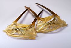 Pair of French Art Nouveau hairpins, cut out of clarified horn. Dragonfly motif embellished with painting - 1900.