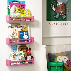 Brilliant book storage idea using IKEA spice rack Spice Rack Bookshelves, Pink Bookshelves, Kids Room Bookshelves, Pink Shelves, Bookcase, Spice Rack Paint, Ikea Spice Rack, Spice Racks, Trendy Bedroom