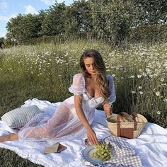 Araqs ⚜️ (@parisianamour) • Світлини та відео в Instagram Summer Picnic, Beach Picnic, Summer Aesthetic, Graduation Pictures, Girls In Love, Bad Girls, Love Pictures, Photography Poses, Fashion Photography