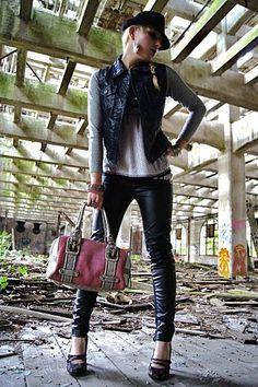 Night and day?  Shoes : New look  Tregging : Zara  Tee-Shirt : Primark  Leather Jacket : Naf Naf  Bag : San Marina  Rocky Belt : Strawberries