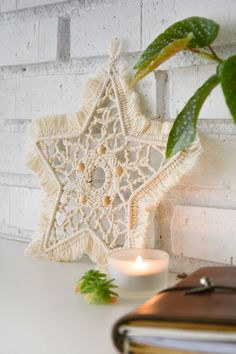 macrame christmas star Christmas Star, Christmas Deco, Christmas Crafts, Macrame Wall Hanging Patterns, Macrame Patterns, Macrame Rings, Macrame Art, Macrame Projects, Xmas Decorations