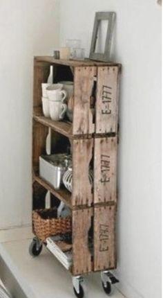 DIY Deco - meuble simple a faire avec des cagettes en bois et caisses de vin. Etagère meuble de cuisine pour le rangement.