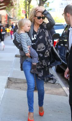 Kate Hudson carried her son Bingham Bellamy as they left their NYC hotel today. Her casual outing with her comes on the heels of a busy day Mommy Style, Love Her Style, Spring Summer Fashion, Autumn Winter Fashion, Winter Style, Fall Outfits, Cute Outfits, Casual Outfits, Diva Fashion