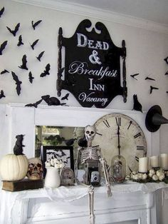 50 of the best Halloween Home Decor Ideas! Halloween Ideas and Fall Home Decor Ideas. Spooky and neutral halloween home decor ideas. Retro Halloween, Diy Halloween Home Decor, Diy Halloween Dekoration, Theme Halloween, Spooky Decor, Spooky Halloween, Holidays Halloween, Halloween Crafts, Halloween Decorations
