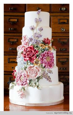 Love the Victorian feeling I get when I look at the floral arrangement on this wedding cake