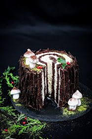 five o'clock: Świąteczna kłoda Buche de Noel Noel Christmas, Christmas Treats, Easy Homemade Cookies, Delicious Desserts, Dessert Recipes, Log Cake, Sandwich Cake, My Dessert, Polish Recipes