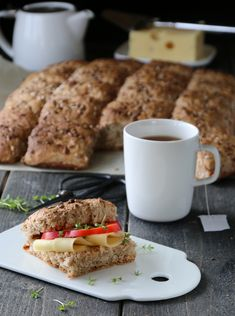 Brytebrød med spelt Norwegian Food, Norwegian Recipes, Recipe Boards, Nom Nom, French Toast, Scones, Food And Drink, Healthy Recipes, Baking