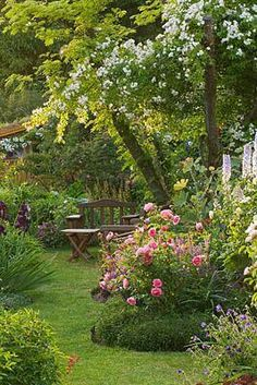 TIPS AND TRICKS FROM A MASTER GARDENER Cottage inspired backyard and garden. A great space if you don t have large dogs! :-)Cottage inspired backyard and garden. A great space if you don t have large dogs! Cottage Garden Design, Diy Garden, Dream Garden, Garden Projects, Home And Garden, Backyard Cottage, Garden Kids, Potager Garden, Family Garden
