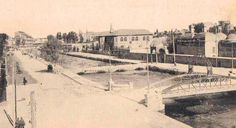 مجرى نهر بردى في صورة بالابيض والاسود بداية القرن العشرين ويظهر على يمين الصورة التكية السلمانية وكلية الحقوق ( وزارة السياحة حاليا ) وفي الافق ( يسار ) يظهر فندق فيكتوريا الشهير