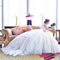 先日は、リッツで前撮りでした✨ Lieselが本当にかわいすぎて、 うっとり 改めてこのドレスでよかったなぁと。 カメラマンさん、リクエストしていた方が いて最初は無理って言われていたのですが、前撮りだけなんとか撮っていただけました〜すごくノリの良い方で本当に楽しめました♪ #プレシューティング #リーゼル #liesel #verawang #ヴェラウォン #前撮り #リッツカールトン #リッツカールトン東京 #theritzcarlton #ritzcarltontokyo #ritzcarlton #ウェディングドレス #ホワイエ #ハツコエンドウ #ティアラ #三段ヴェール #リッツカールトン