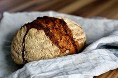 Grundlagen der Sauerteig-Bäckerei. Vom Ansetzen und Pflegen des Sauerteigs, über Ausstattung bis hin zu ersten Rezepten.