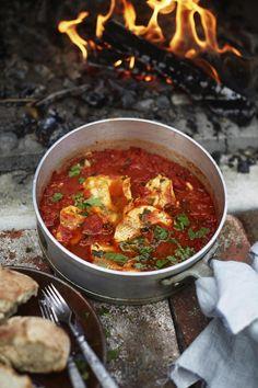 Espanjalaistyylinen kalapannu maistuu reippaasti valkosipulilta, kuminalta ja chililtä. Kypsän mehevistä tomaateista valmistettua kastiketta ei tarvitse keitellä muurikassa pitkään.