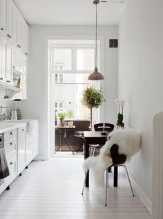 Petite-cuisine-design-scandinave-contrasre-blanc-et-touches-de-noir-e1431523245743.jpg (378×507)