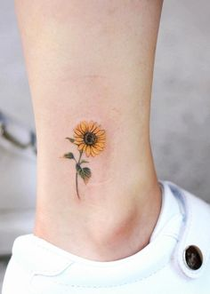 Celebrate the Beauty of Nature with these Inspirational Sunflower Tattoos With&; Celebrate the Beauty of Nature with these Inspirational Sunflower Tattoos With&; jessyastrixas jessyastrixas Main Celebrate the Beauty of Nature with […] sunflower tattoo Little Tattoos, Mini Tattoos, Body Art Tattoos, Cool Tattoos, Tatoos, Tattoo Drawings, Stomach Tattoos, Leaf Tattoos, Female Back Tattoos